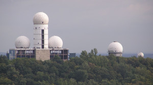 "Antigua estación de escuchas Berlin Teufelberg (<a href=""http://upload.wikimedia.org/wikipedia/commons/e/ed/Teufelsberg_ehem_Radaranlage.jpg"" target=""blank"" name=""Antigua estación de escuchas Berlin Teufelberg"">Wikipedia</a>)"